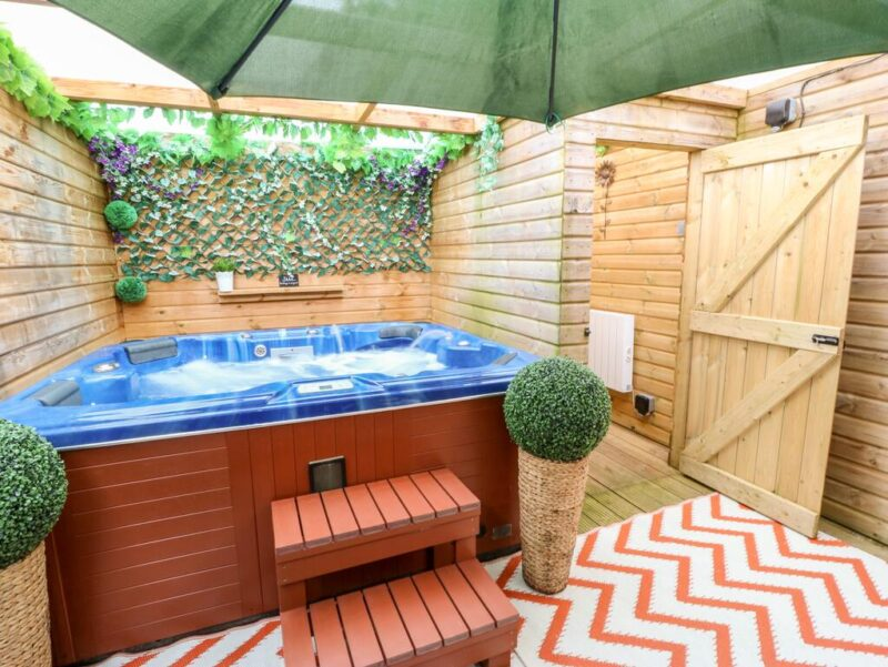 york cottages with a hot tub